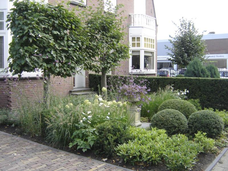 Idee tuinidee borders : Klassieke voortuin Mijdrecht - Tuinontwerp Groningen, Friesland en ...