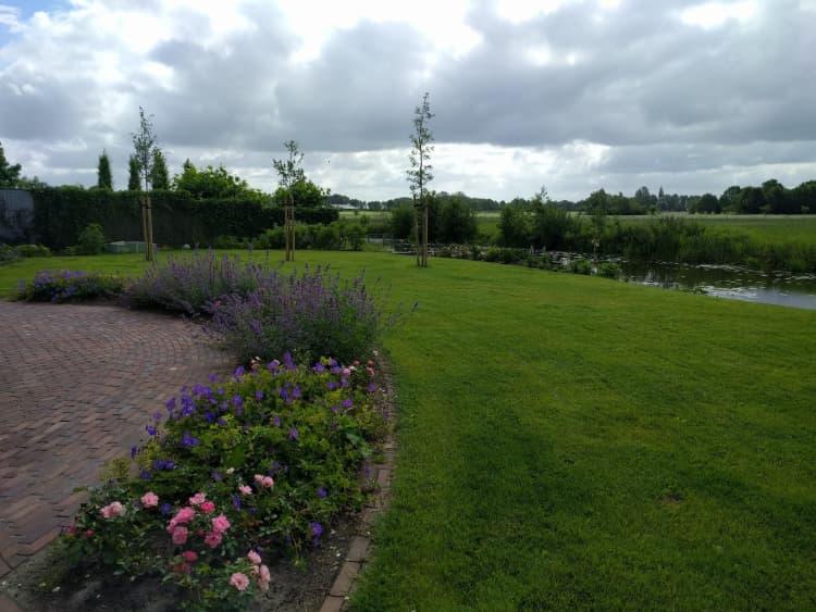 kleurrijke-tuin-aan-het-water-nietap-11