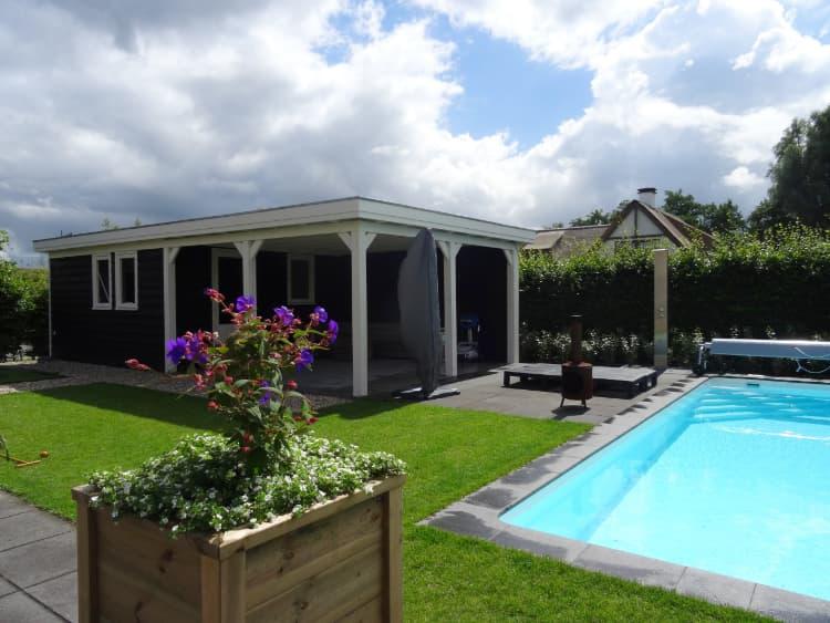 Tuin met zwembad Leek
